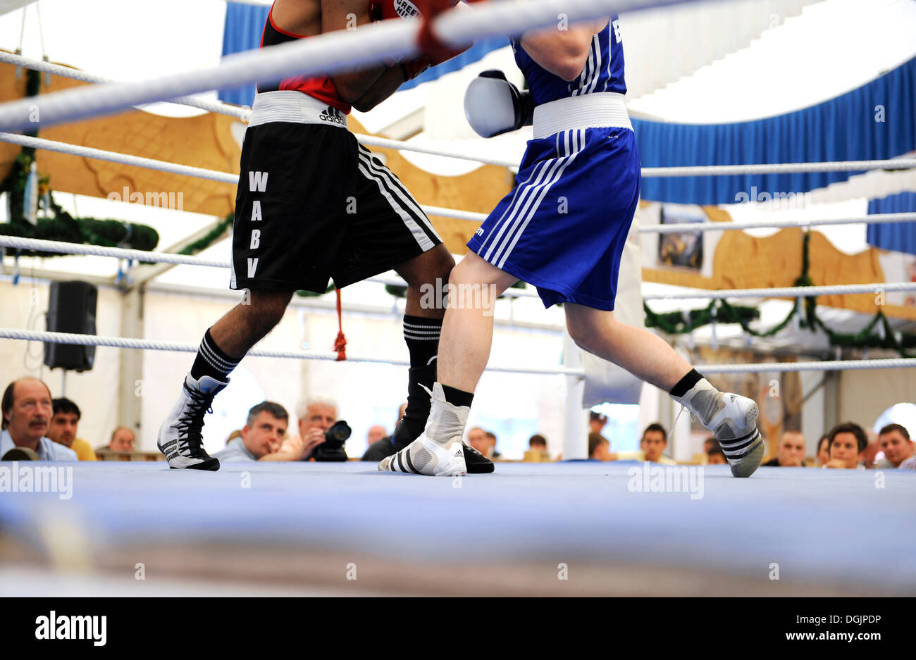 Traditional boxing match in a beer tent at the Volksfest festival in Geretsried, Bavaria - Stock Image