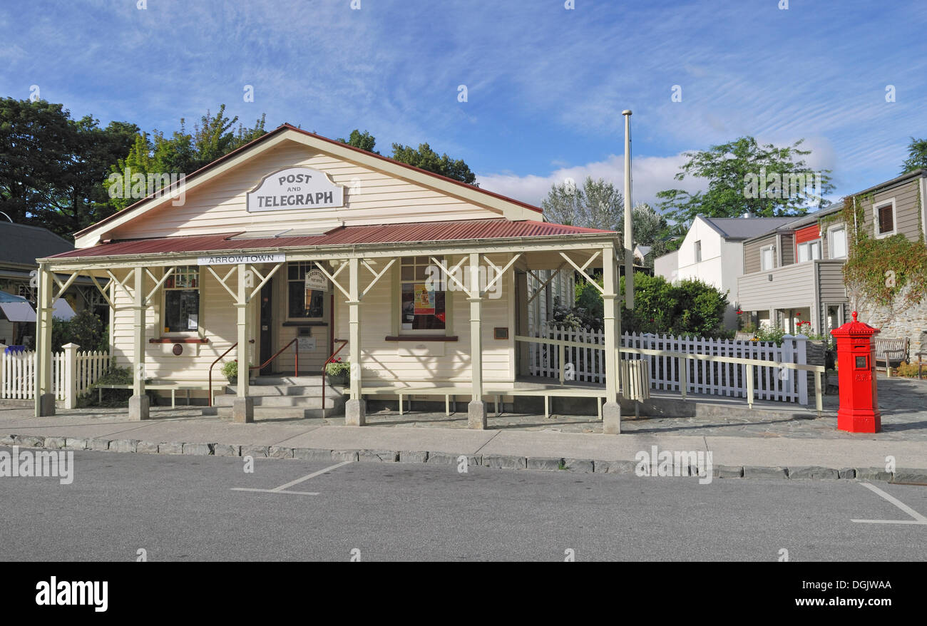 Historic post and telegraph building with the mailbox in the former gold mining town of Arrowtown, South Island, New Zealand - Stock Image