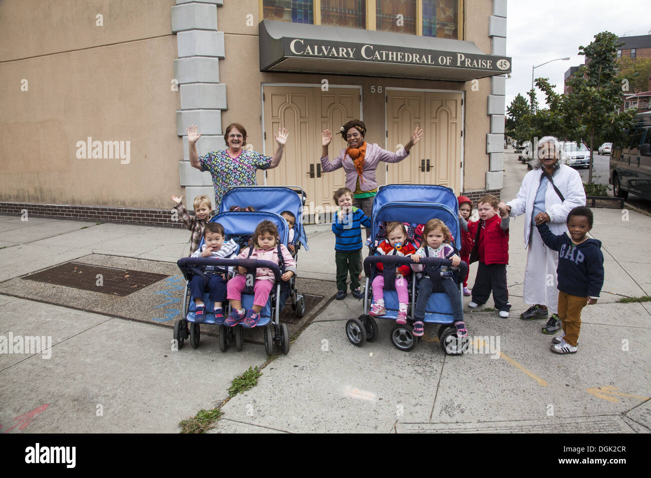 Nursery school group out in the neighborhood on a warm autumn day, Brooklyn, NY. - Stock Image