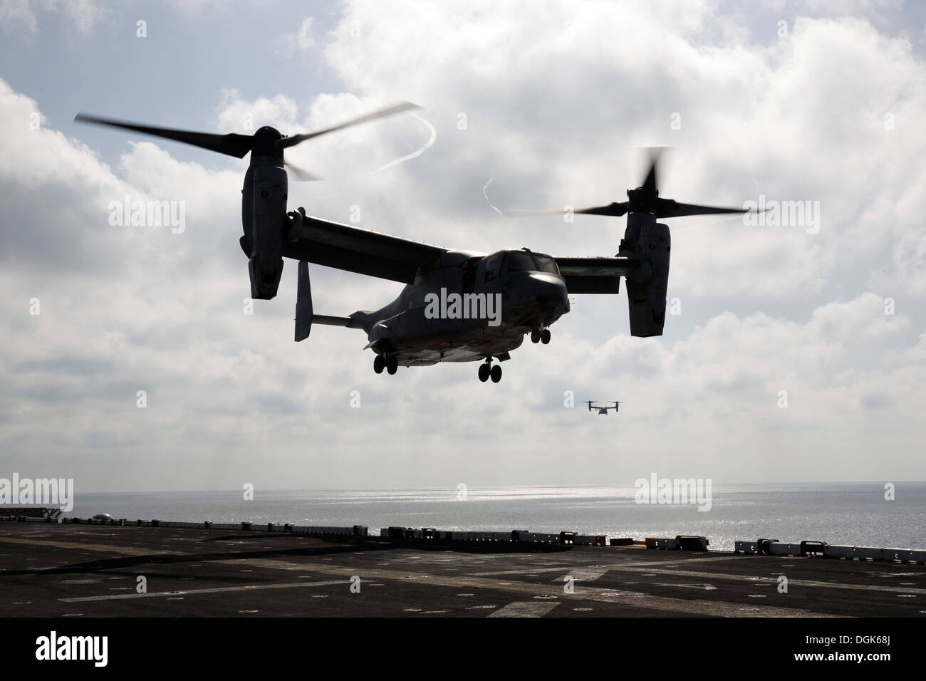 An MV-22 Osprey from Marine Medium Tiltrotor Squadron (VMM) 266 (Reinforced) lands on the flight deck of the amphibious Stock Photo