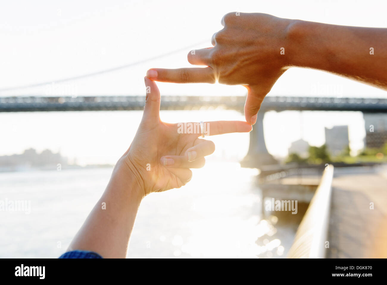 Woman\'s fingers framing Manhattan Bridge, Brooklyn, USA Stock Photo ...