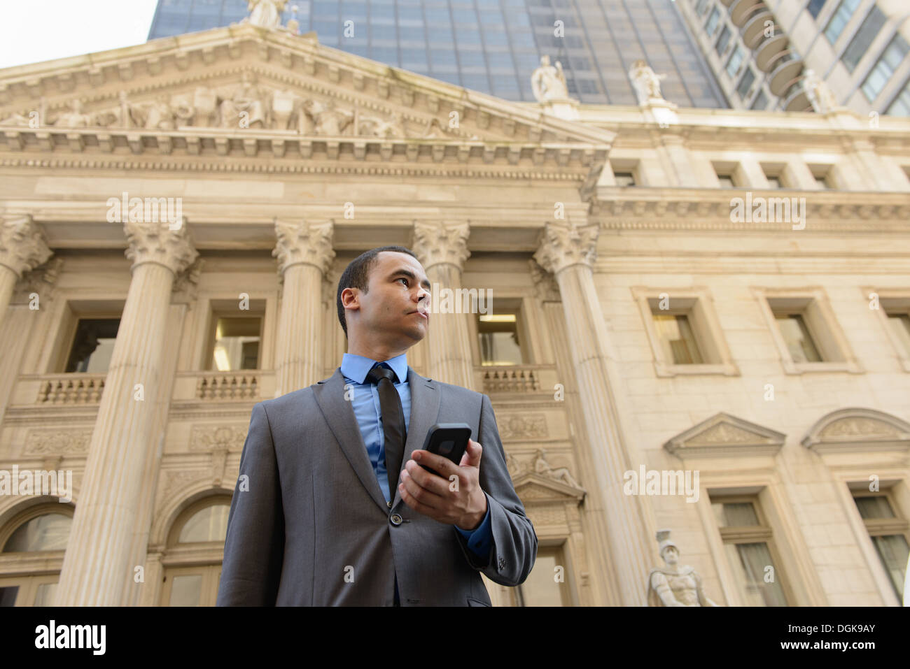 Businessman in front of New York State Courthouse - Stock Image
