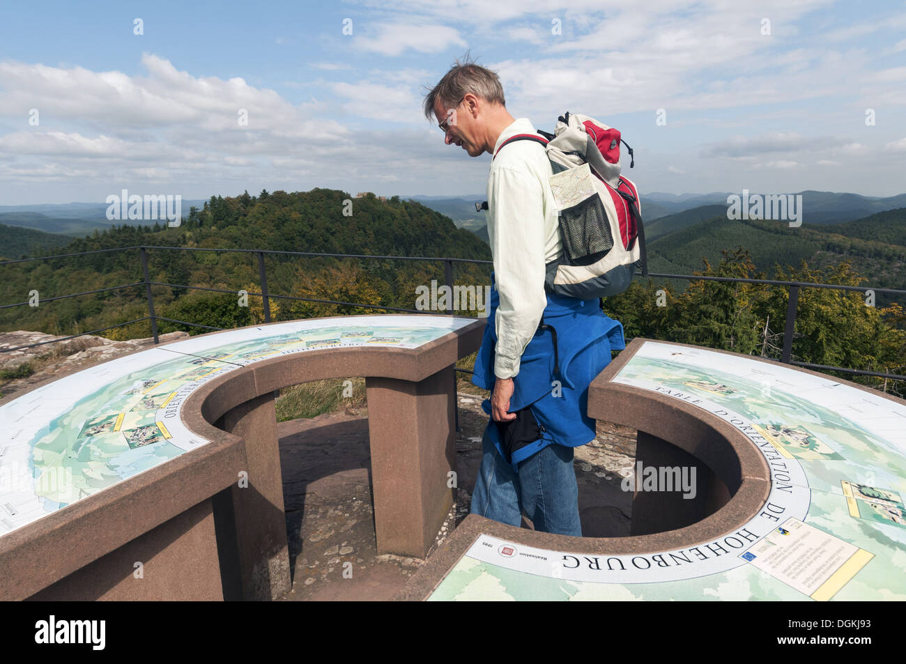Elk213-1573 France, Alsace, Vosges Regional Park, Hohenburg Chateau lookout with visitor - Stock Image