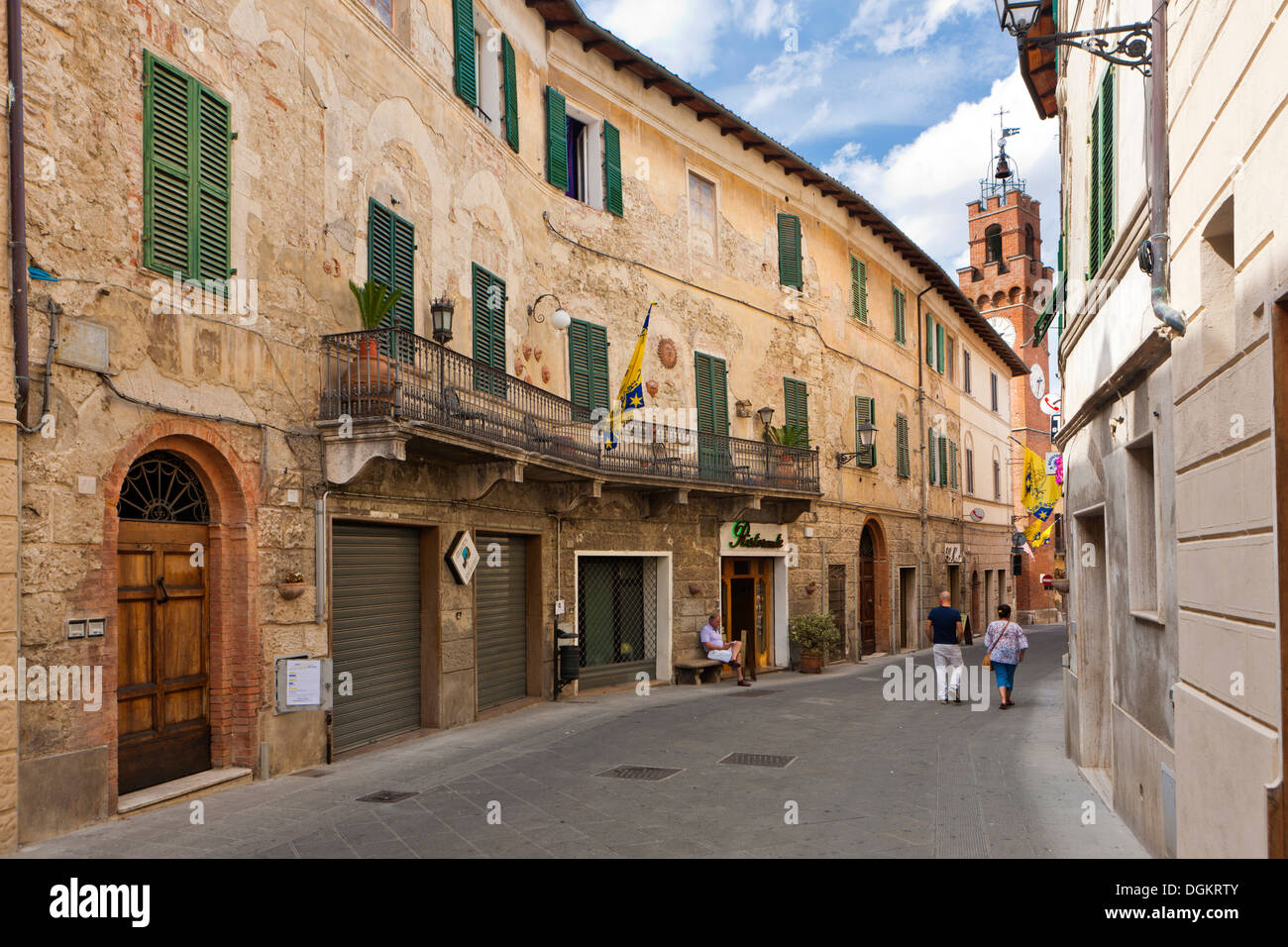 Street and houses in the hill town of Asciano. - Stock Image