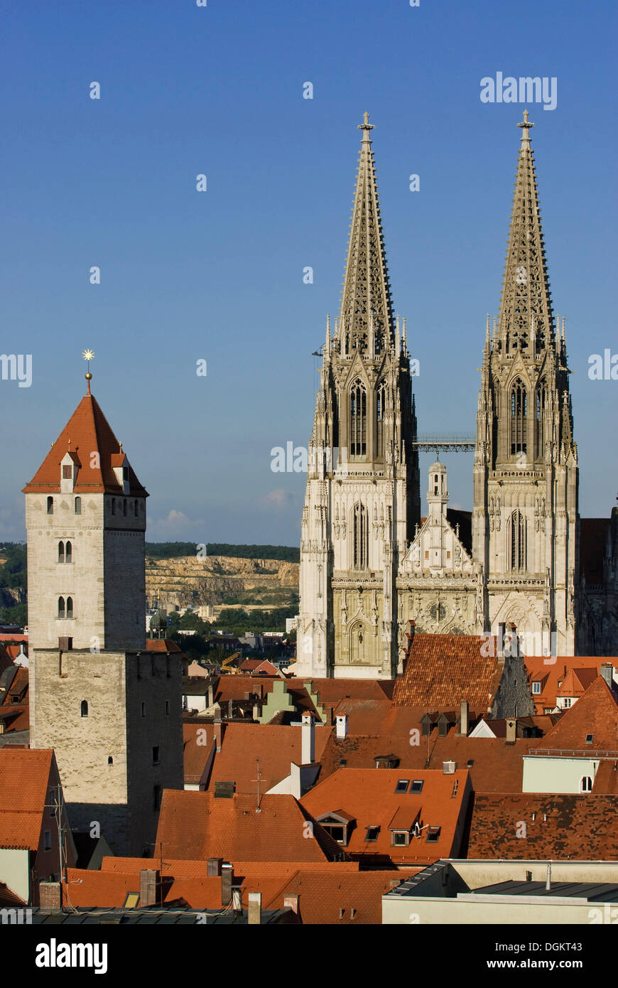 View over the rooftops of the old town to the Regensburg Cathedral of St. Peter, on the left the Goldener Turm tower, - Stock Image
