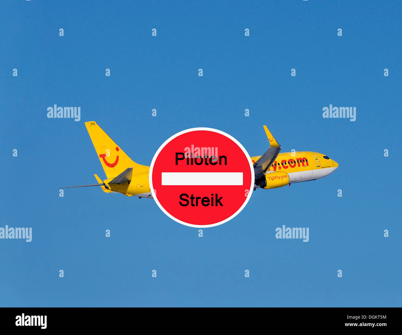 Sign with lettering 'Piloten Streik', German for 'Pilots on strike', sign in front of a TUI plane - Stock Image