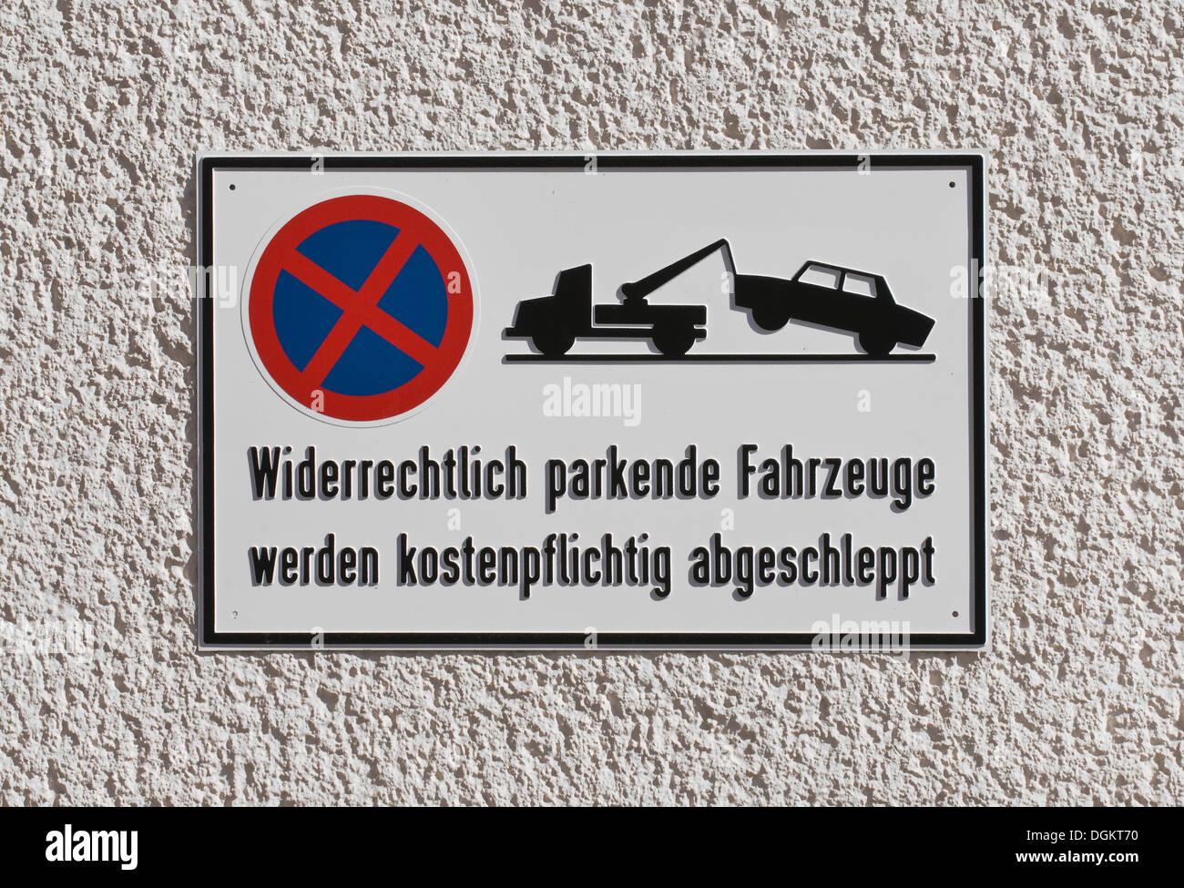 No parking sign indicating that 'widerrechtlich geparkte Fahrzeuge werden kostenpflichtig abgeschleppt', - Stock Image