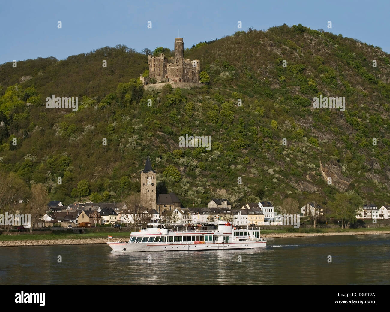 Maus castle above the Rhine River and the Loreley pleasure boat, St. Goarshausen, Wellmich district, Upper Middle Stock Photo