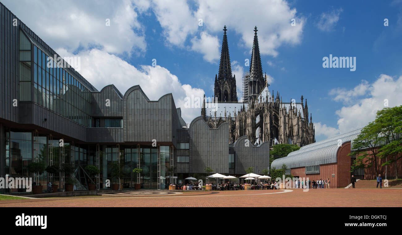 Modernism and history, Museum Ludwig and Cologne Cathedral, Cologne, North Rhine-Westphalia - Stock Image