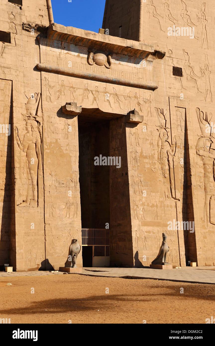 Entrance Pylon to Temple of Horus at Edfu, Upper Egypt Stock Photo