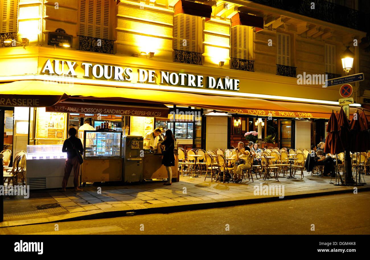 Night shot, brasserie, Café Aux Tours de Notre-Dame cafe, Cite Michel, Paris, France, Europe - Stock Image
