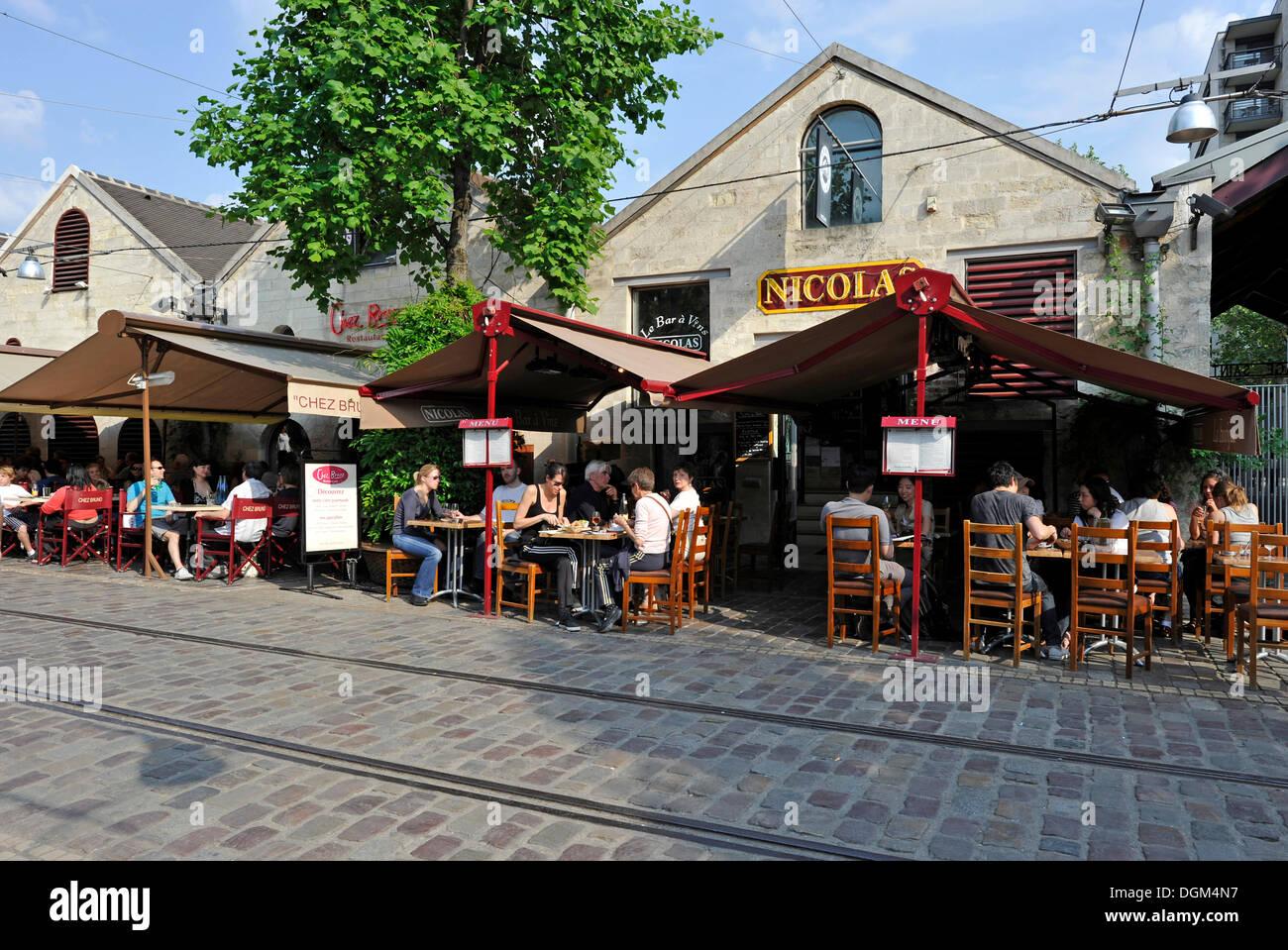 Sidewalk café or street café, brasserie, Bercy Village, Cour St. Emilion, former wine depot of Paris, - Stock Image