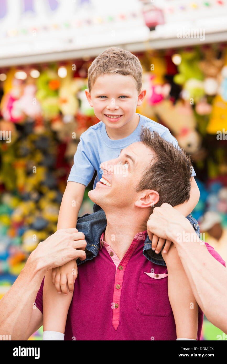 USA, Utah, Salt Lake City, Happy father with son (4-5) in amusement park - Stock Image