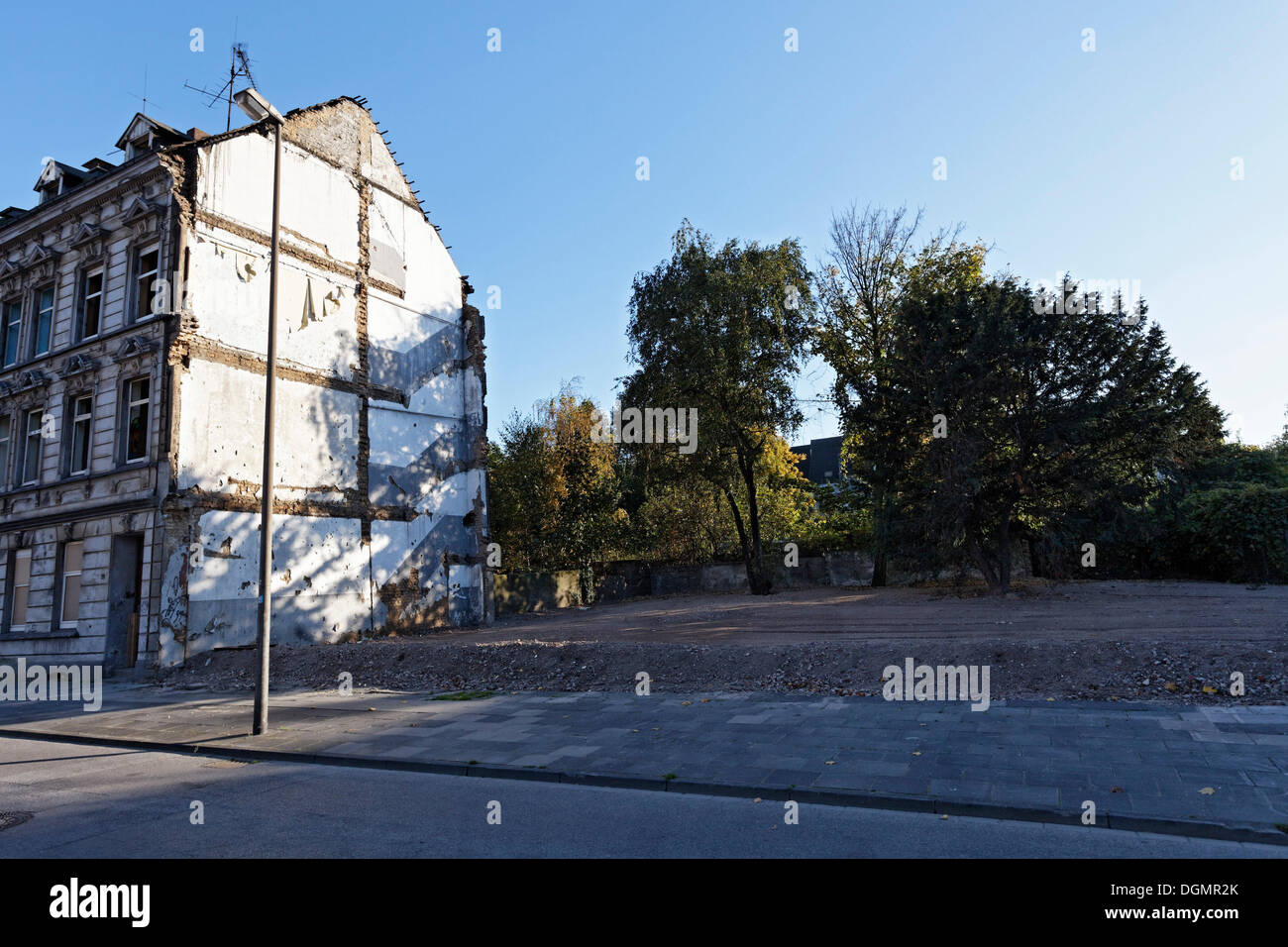 Open space following the demolition of houses, neighborhood redevelopment, green belt project, Duisburg-Bruckhausen, Ruhr area - Stock Image