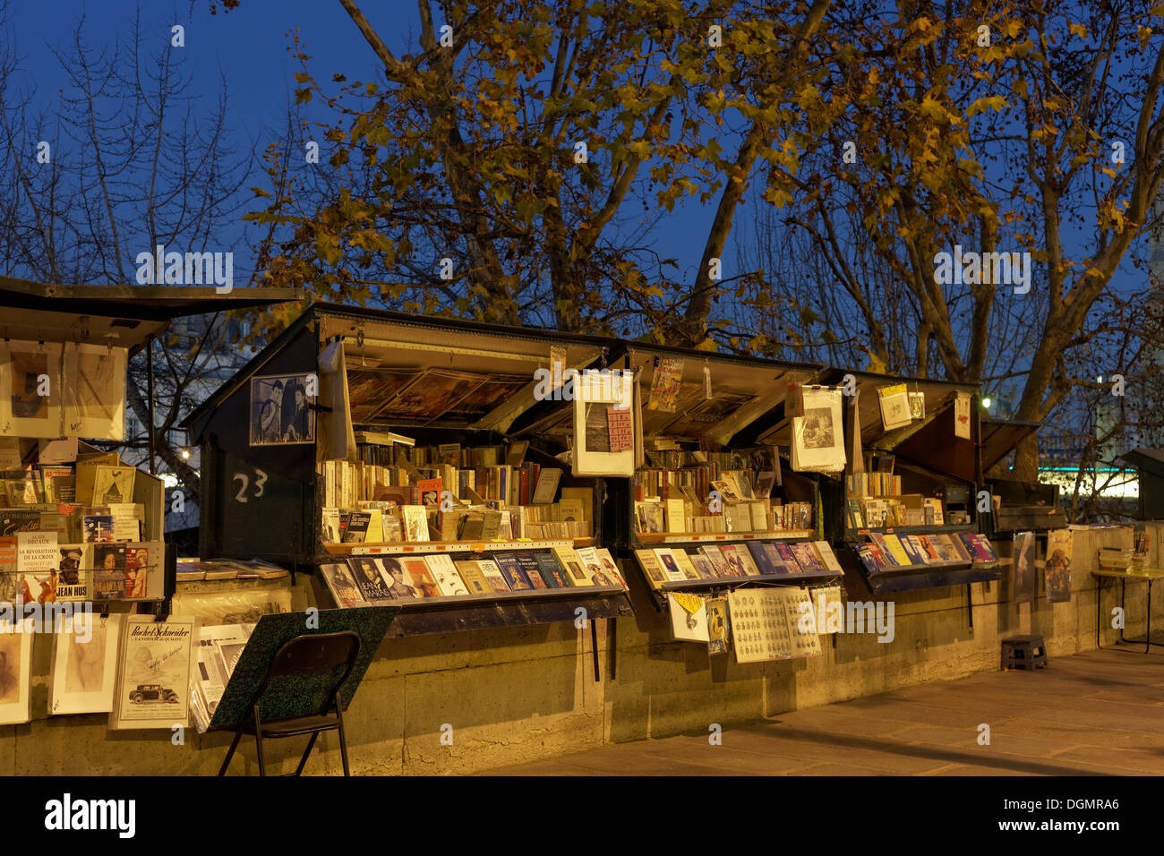Book stalls on the banks of the Seine, booksellers, Quai de la Tournelle, evening mood, 5th arrondissement, Paris, Ile-de-France - Stock Image