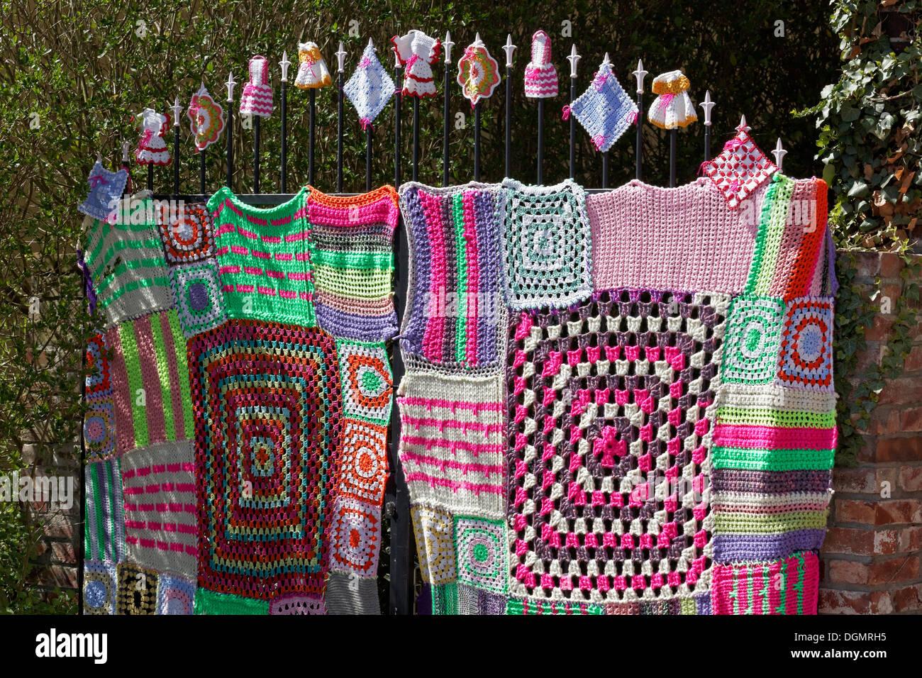 Knitted iron gate with Granny Square pattern, guerrilla knitting, knit art, graffiti knitting, street art, Düsseldorf - Stock Image