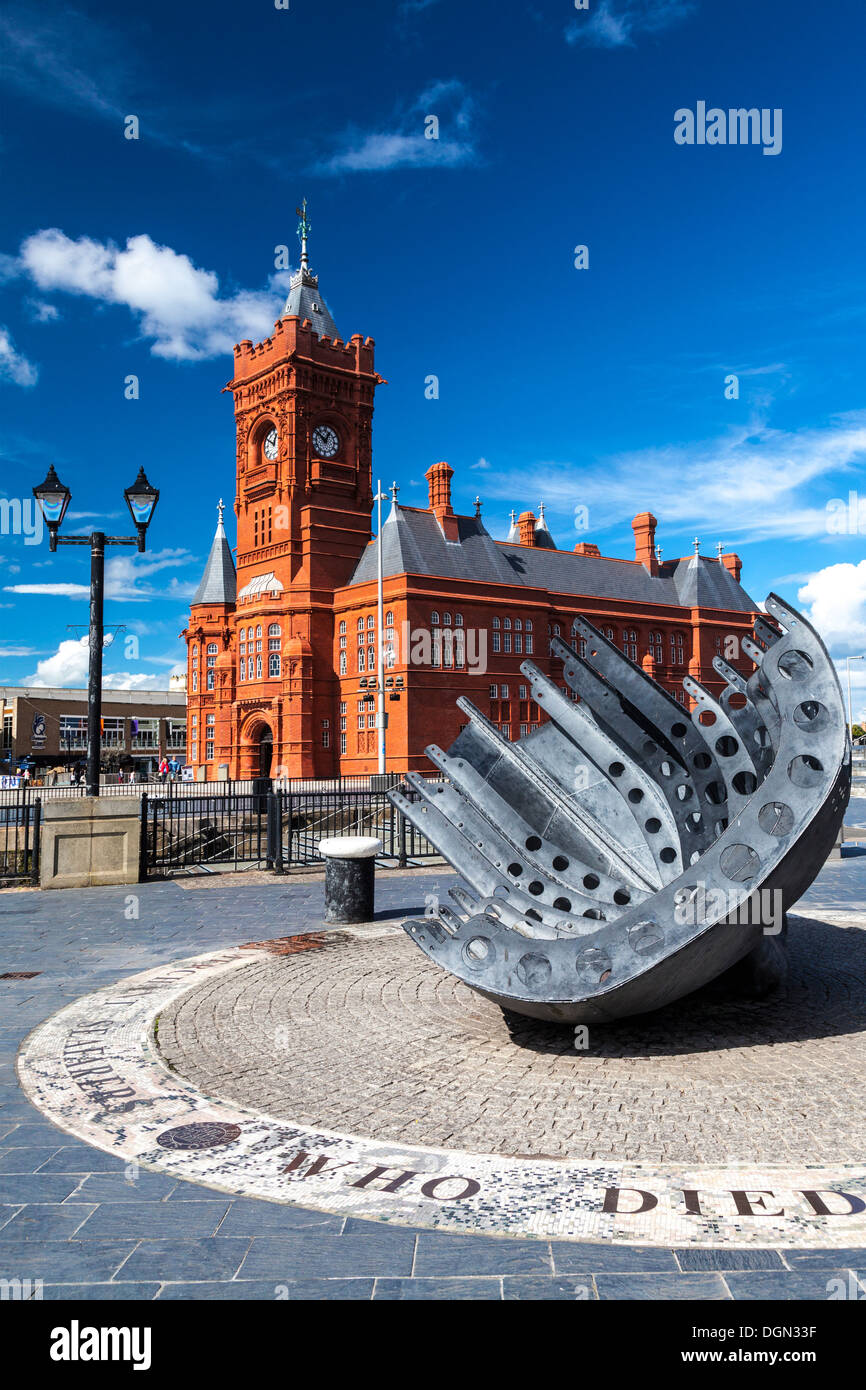 View towards the Pierhead Building in Cardiff Bay, Wales, with the Merchant Seafarers war memorial in the foreground. - Stock Image