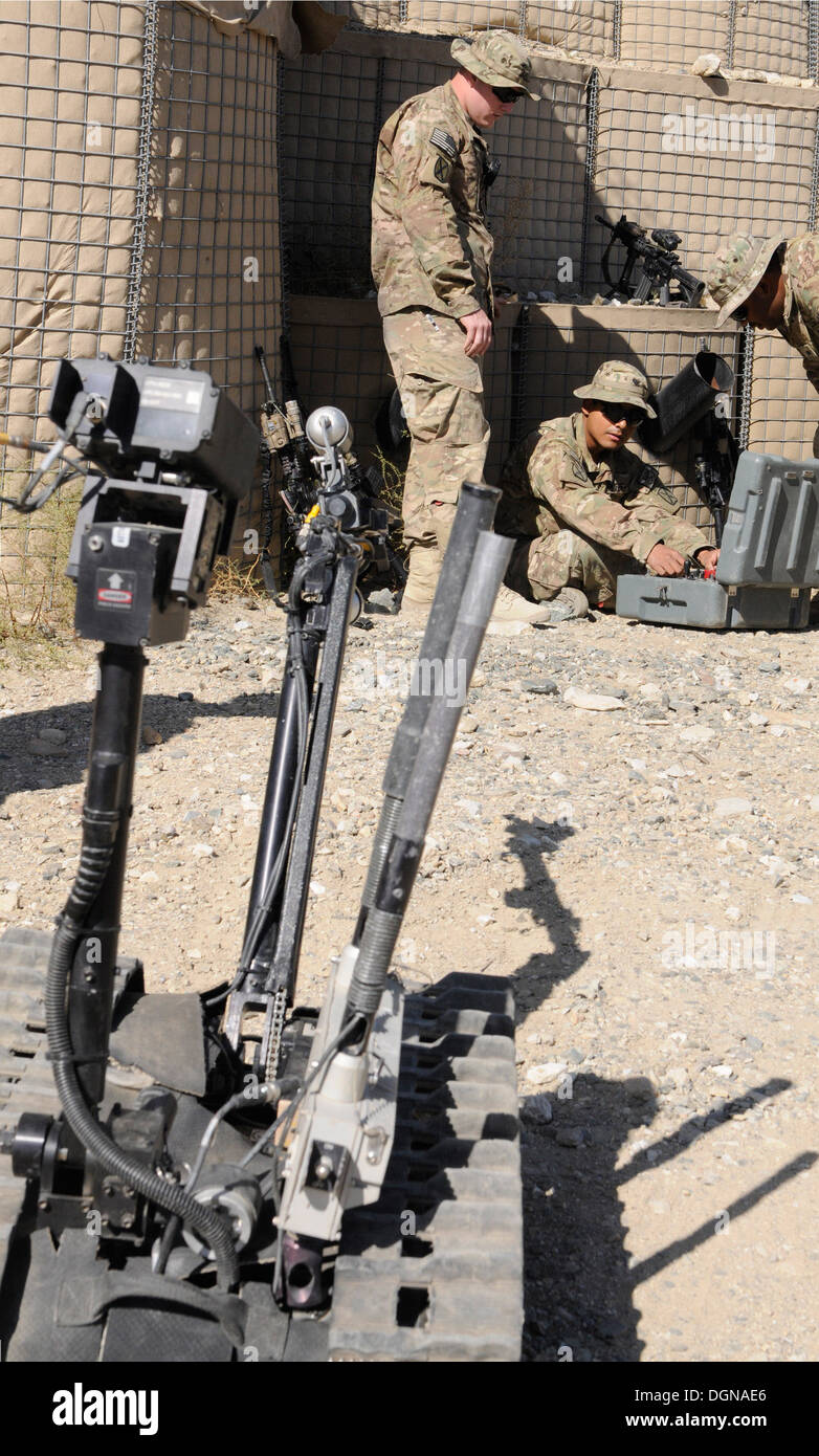 Soldiers from, 2nd Battalion, 4th Infantry Regiment, learn the basics behind operating a Talon robot, a device designed to defeat improvised explosive devices, during counter-IED training at Forward Operating Base Tagab, Oct. 15, 2013. The 2nd Battalion i - Stock Image