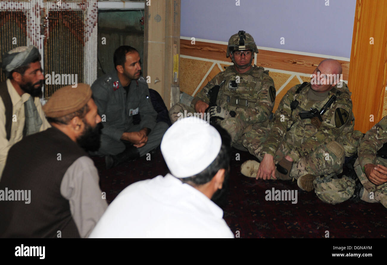 "PARWAN PROVINCE, Afghanistan – Lt. Col. Phil Brooks (far right), commander, 3rd ""Red Dragon"" Battalion, 82nd Field Artillery Regiment, 2nd ""Black Jack"" Brigade Combat Team, 1st Cavalry Division, Fort Hood, Texas, and his leaders speak conduct a key leader - Stock Image"