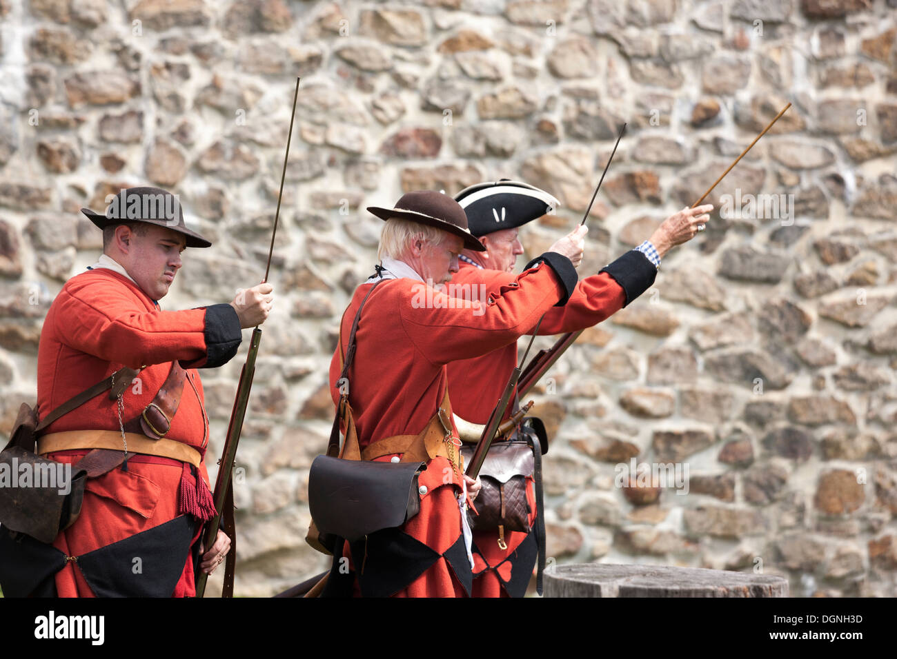 Soldiers loading flintlock muskets in re-enactment French & Indian American Revolution Revolutionary War of Independence - Stock Image