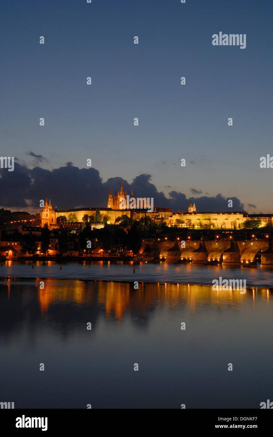 Blick ueber die Moldau zur Burg, Prag, Tschechien, Europa - Stock Image