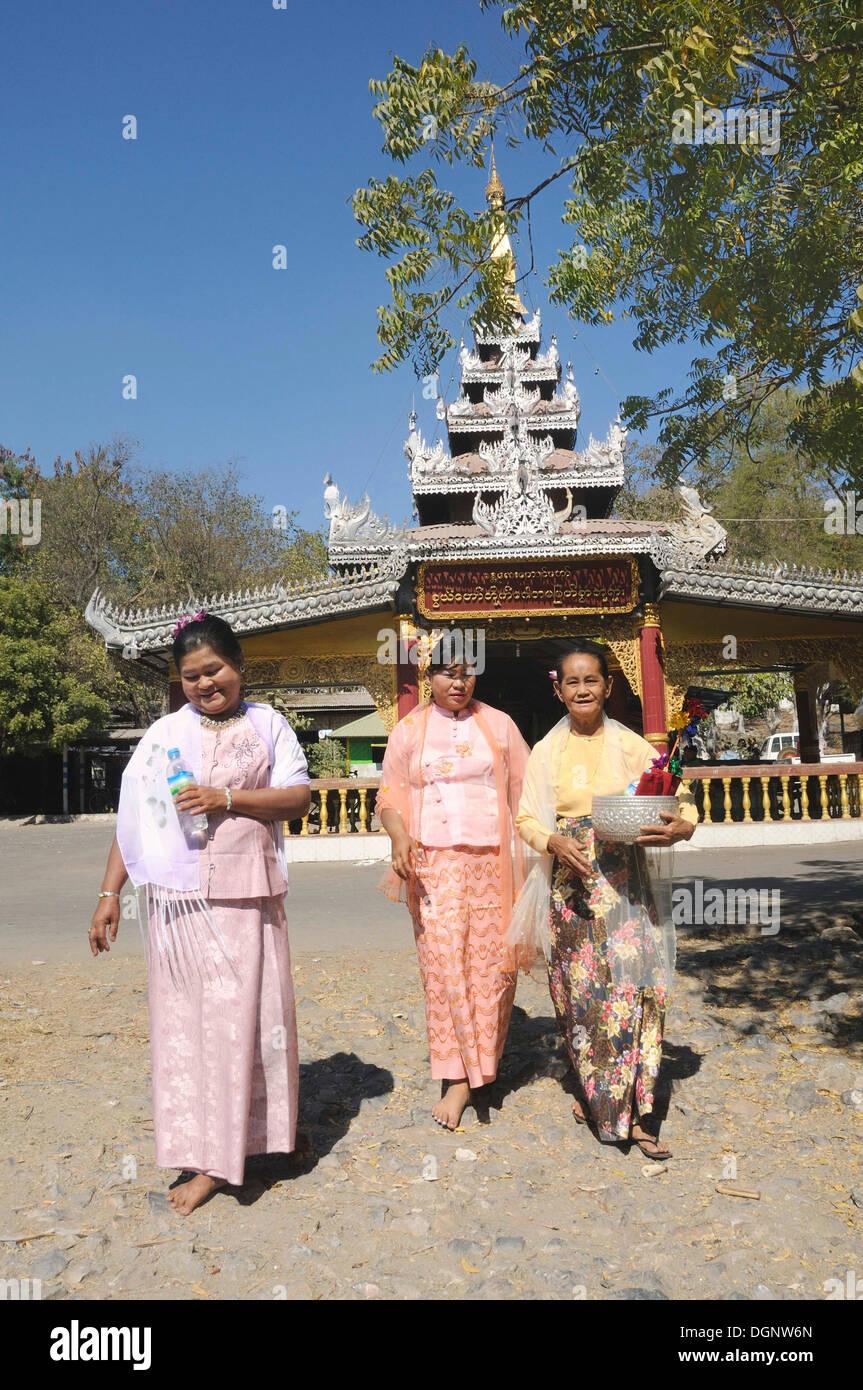 Relatives, wedding guests at a Burmese wedding, Mandalay, Myanmar, Burma, Southeast Asia, Asia - Stock Image