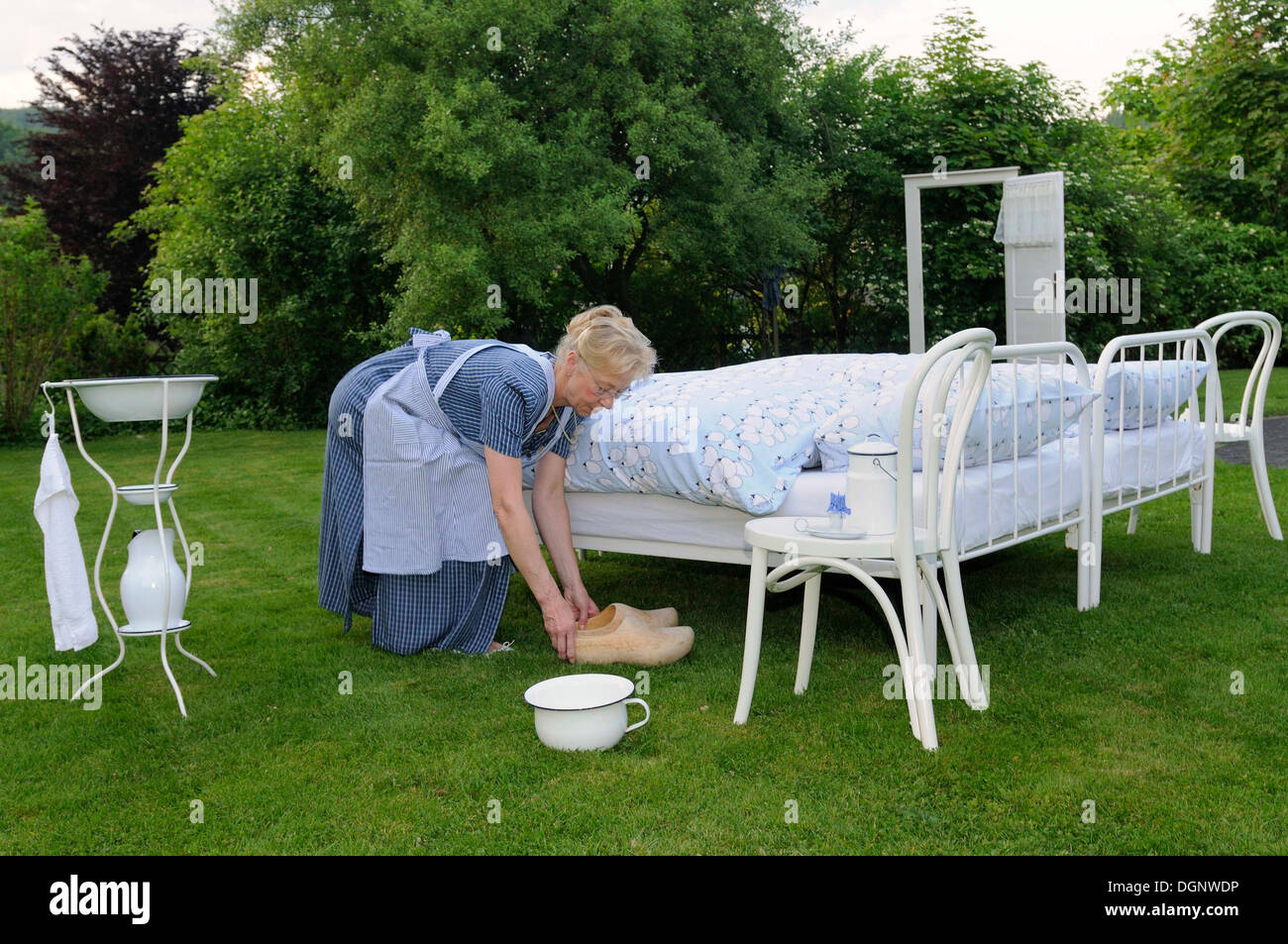 Clogs and chamber pot, preparing of traditional beds for boarders, Wittgenstein poster bed, Crazy Hotels, Pension Kamerichs inn - Stock Image