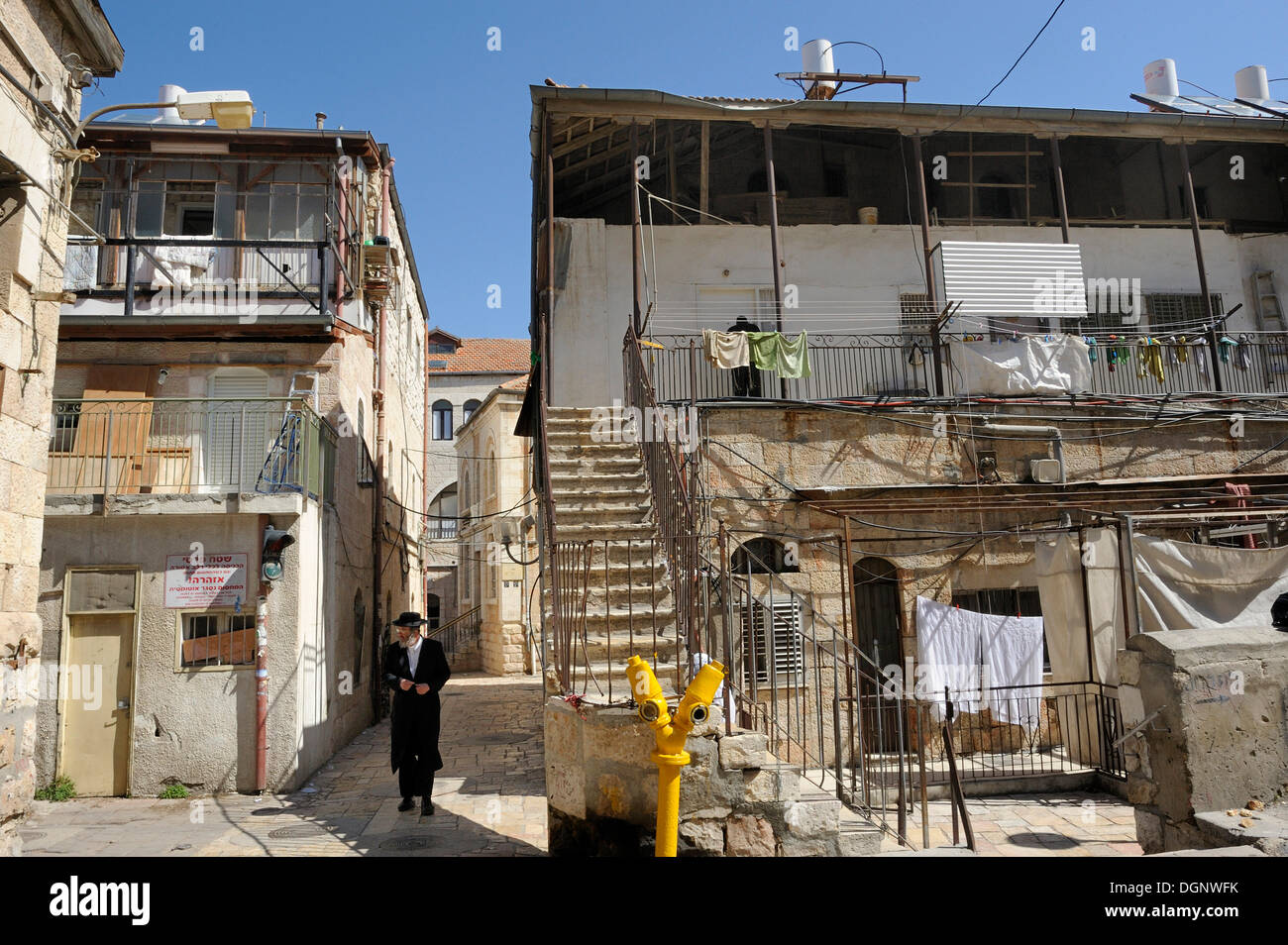 Ultra-Orthodox Jew with typical houses in the district of Me'a She'arim or Mea Shearim, Jerusalem, Israel, Middle East - Stock Image