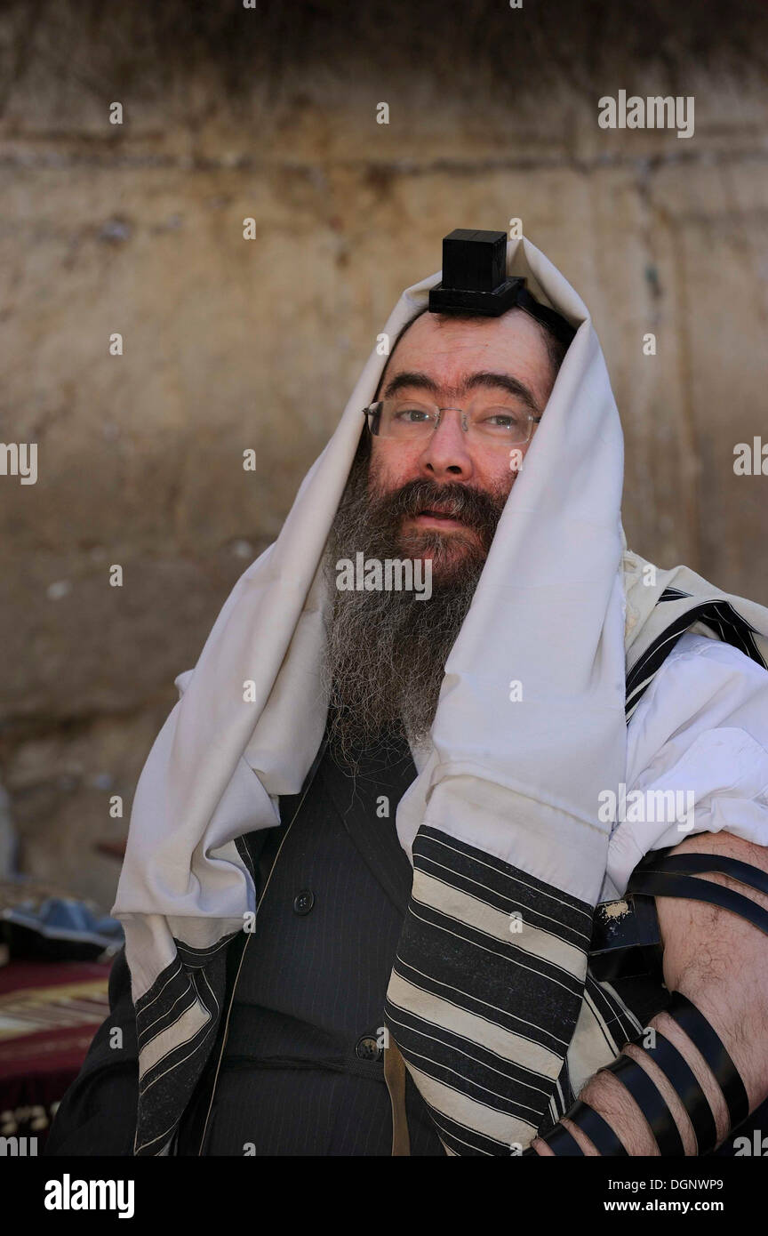 Jew with tefillin on his head and prayer shawl, tallit, around the head, Muslim Quarter, Jerusalem, Israel, Middle East - Stock Image