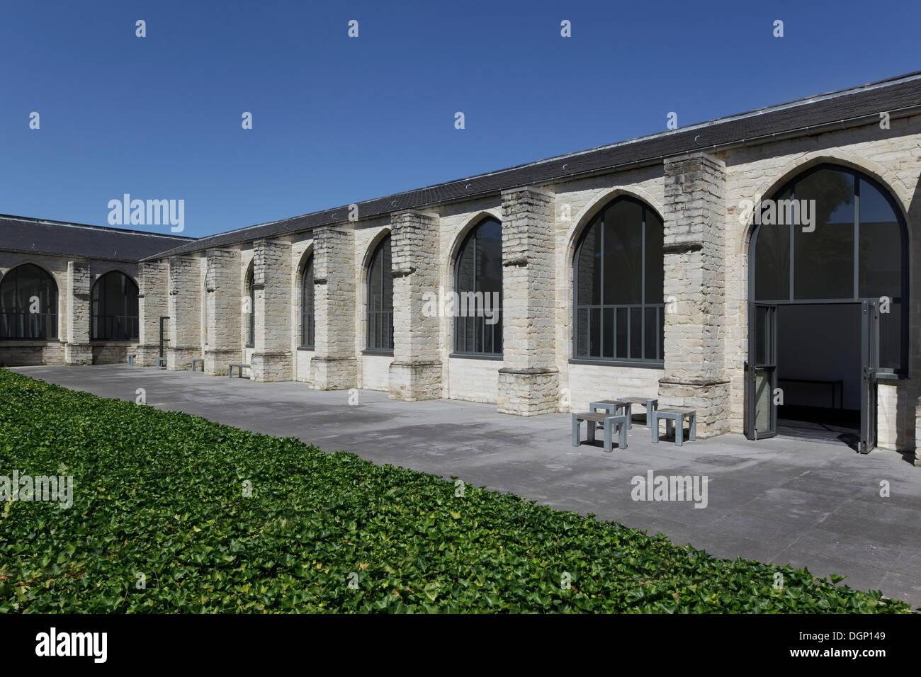 Catholic University of Leuven Arenberg Library, Leuven, Belgium. Architect: Rafael Moneo, 2002. Exterior of cloister against cle - Stock Image