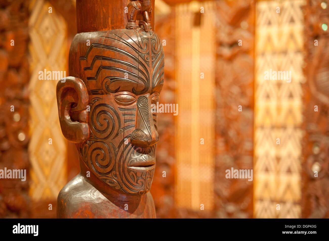 Traditional Maori carving at a communal house, Waitangi, New Zealand - Stock Image