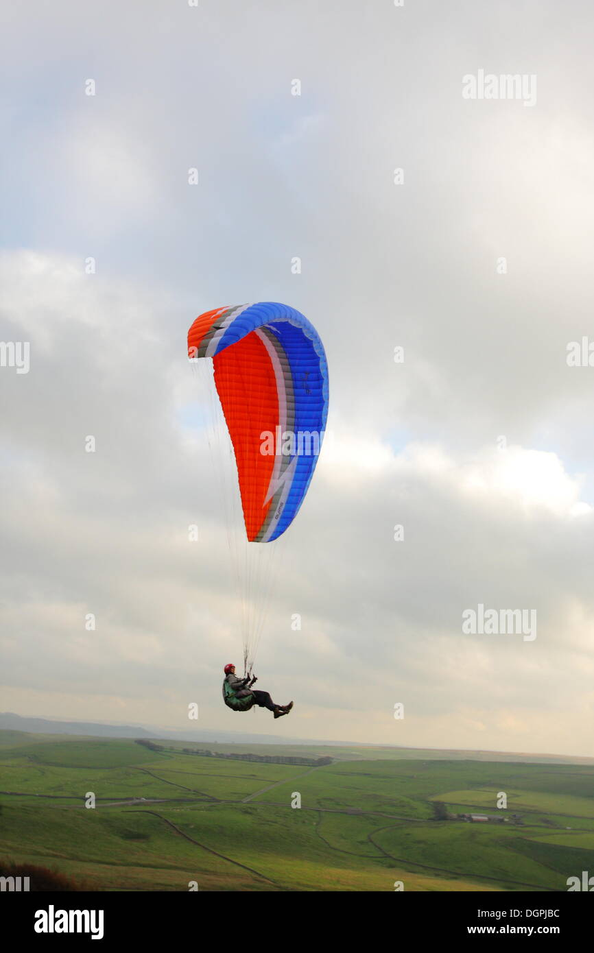 Hope Valley, Derbyshire, UK.  24 Oct 2013.  85-year-old Jack Englert  paraglides across Derbyshire's Hope Valley Stock Photo