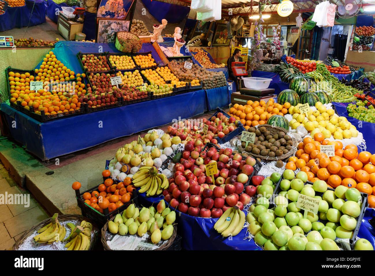 Fruit stall at the market, Ayvalik, Ägäisches Meer, Provinz Balikesir, Ägäis, Turkey - Stock Image