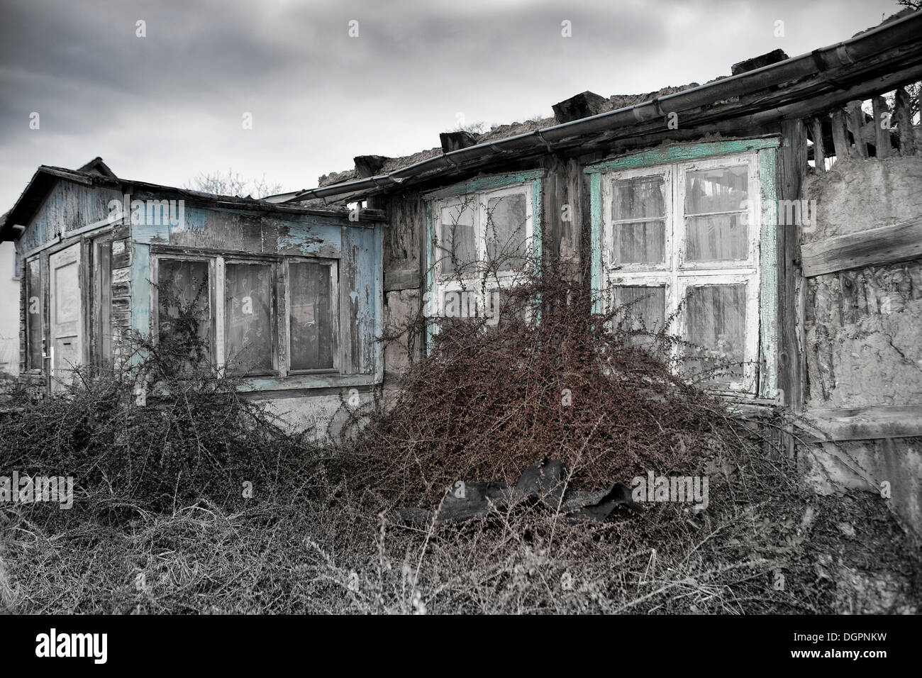 An old unoccupied farmhouse in Gruenefeld, Havelland region, Brandenburg - Stock Image