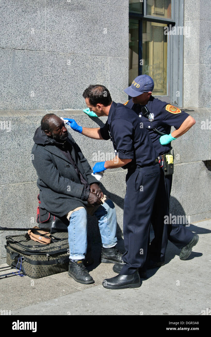 san francisco police give first aid to homeless man in Tenderloin district - Stock Image