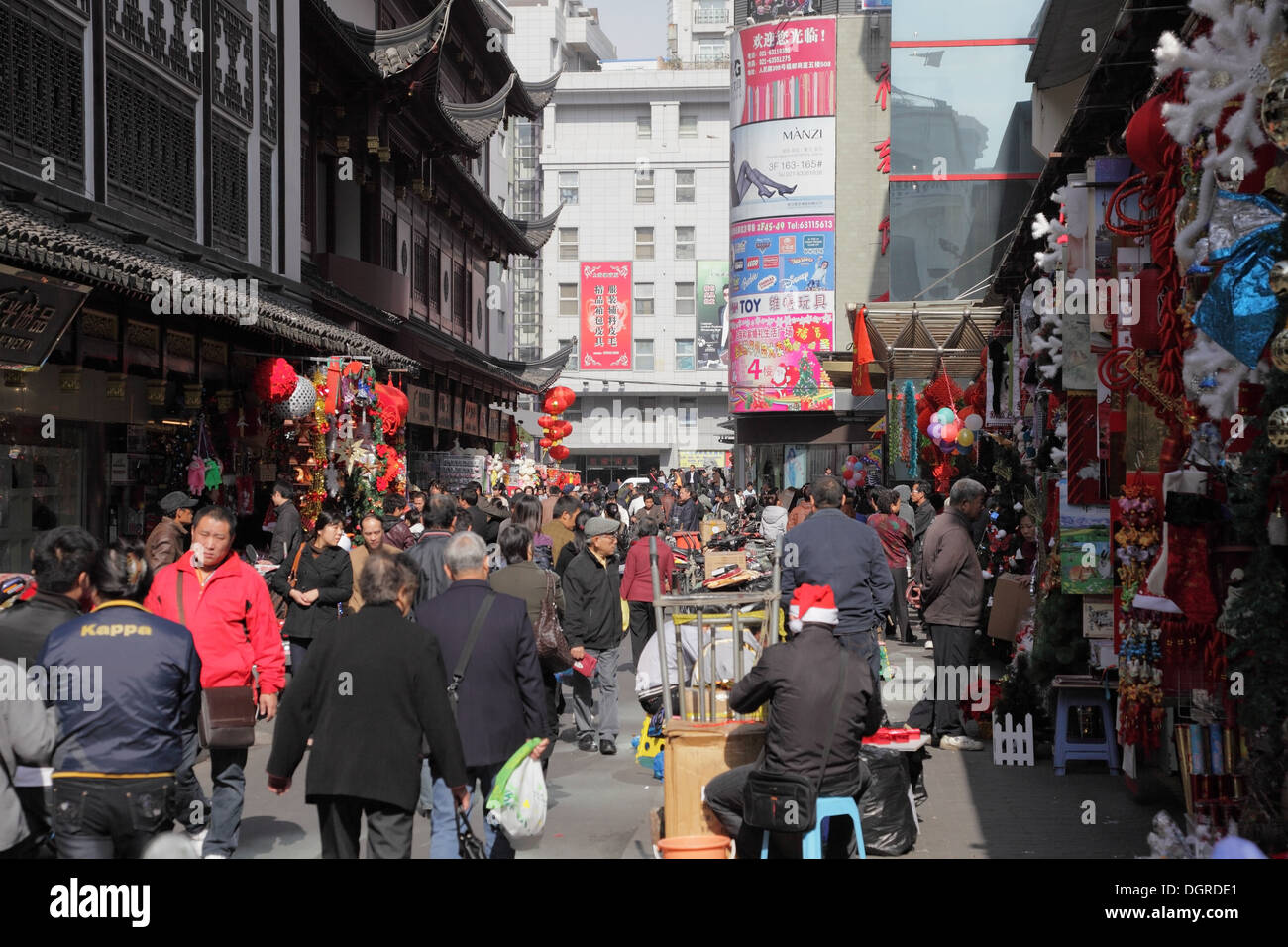 Busy street in the old town of Shanghai, China - Stock Image