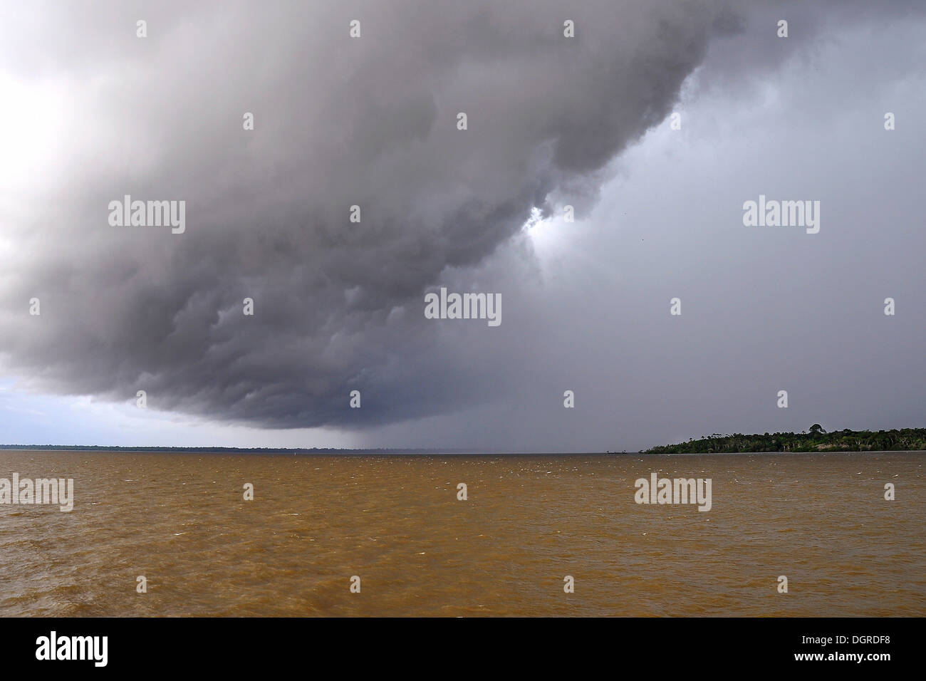 Menacing cloud front announcing a tropical storm, the Amazon between Manaus and Santarem, Amazonas province, Brazil - Stock Image
