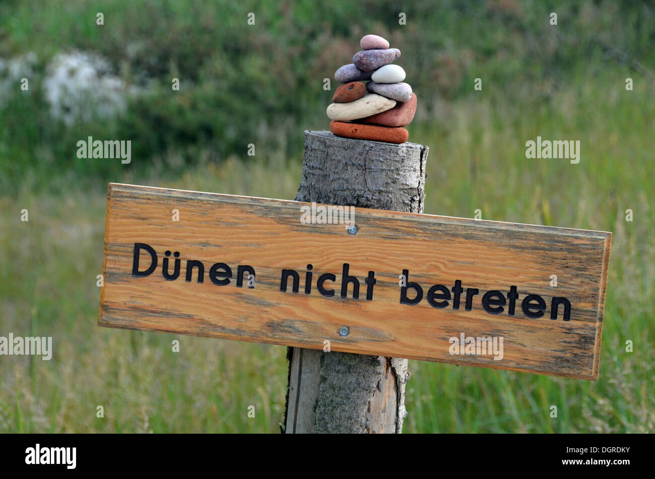 "Sign ""Duenen nicht betreten"" or Do not enter dunes, Prerow, Darss-Zingst, Nationalpark Vorpommersche Boddenlandschaft Stock Photo"