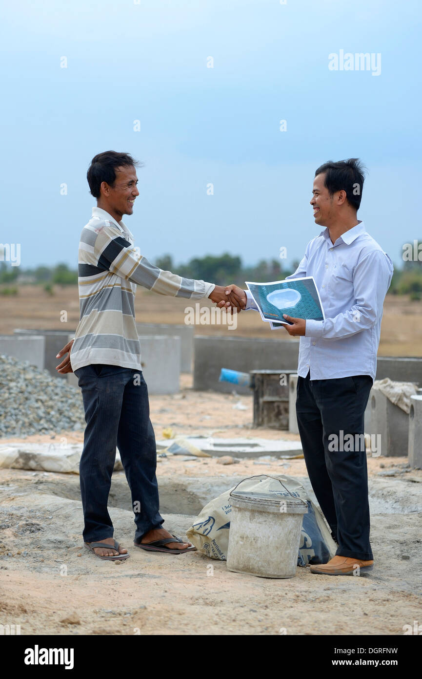 Cambodia, Takeo Province, Constructor and member of aid organisation negotiating - Stock Image