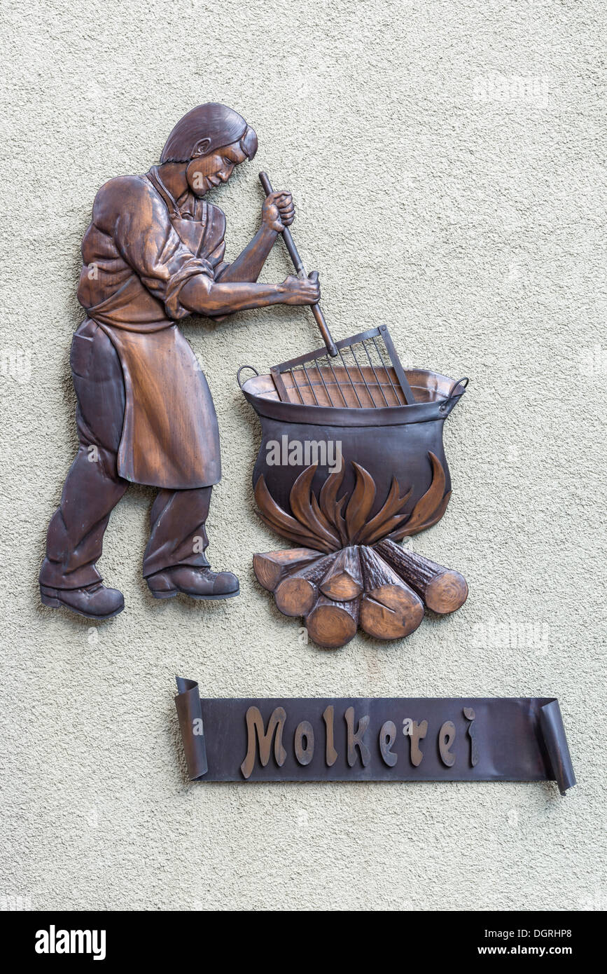 Stylised bronze cheese maker on a facade in the old town of Diessenhofen, Canton Thurgau, Switzerland, Europe - Stock Image