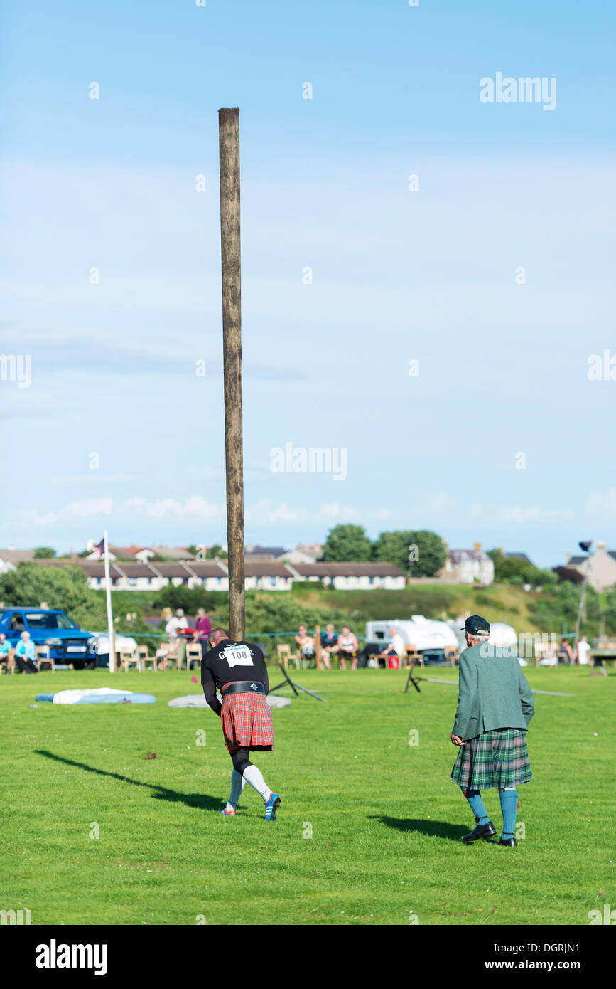 Caber toss, a sports discipline involving the tossing of a large wooden pole, Helmsdale Highland Games, Helmsdale, - Stock Image