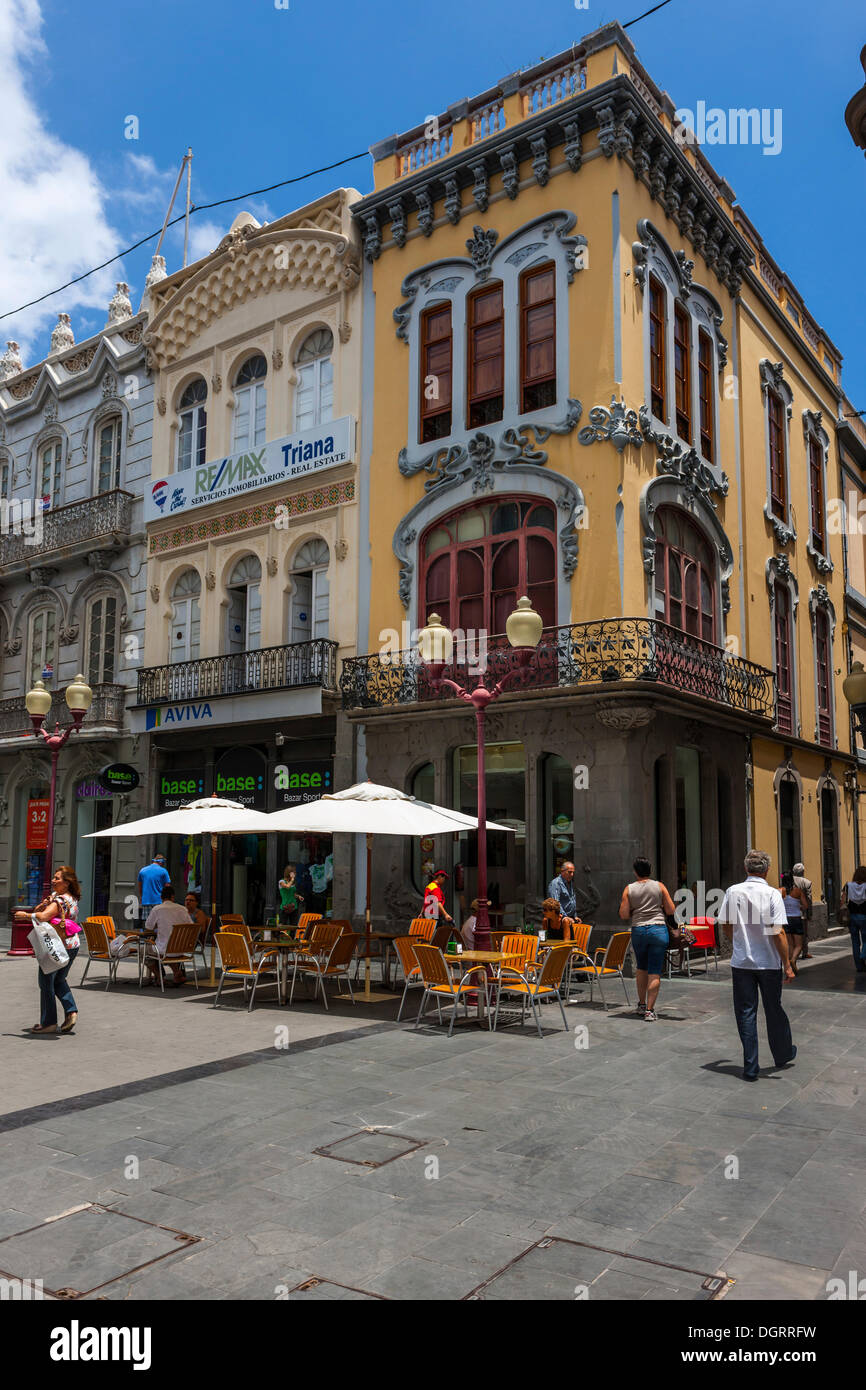 Cafe, old buildings, shopping street, Calle Tirana, historic town centre of Las Palmas, Gran Canaria, Canary Islands, Spain - Stock Image
