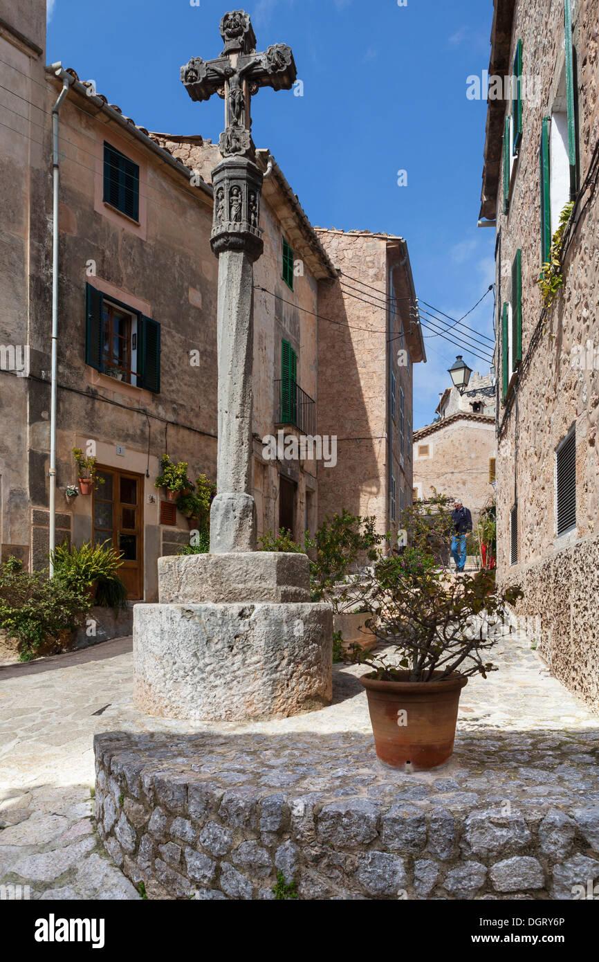 Cross in the historic centre of Valldemossa or Valldemosa, Valldemossa, Serra de Tramuntana, Majorca, Balearic Islands, Stock Photo