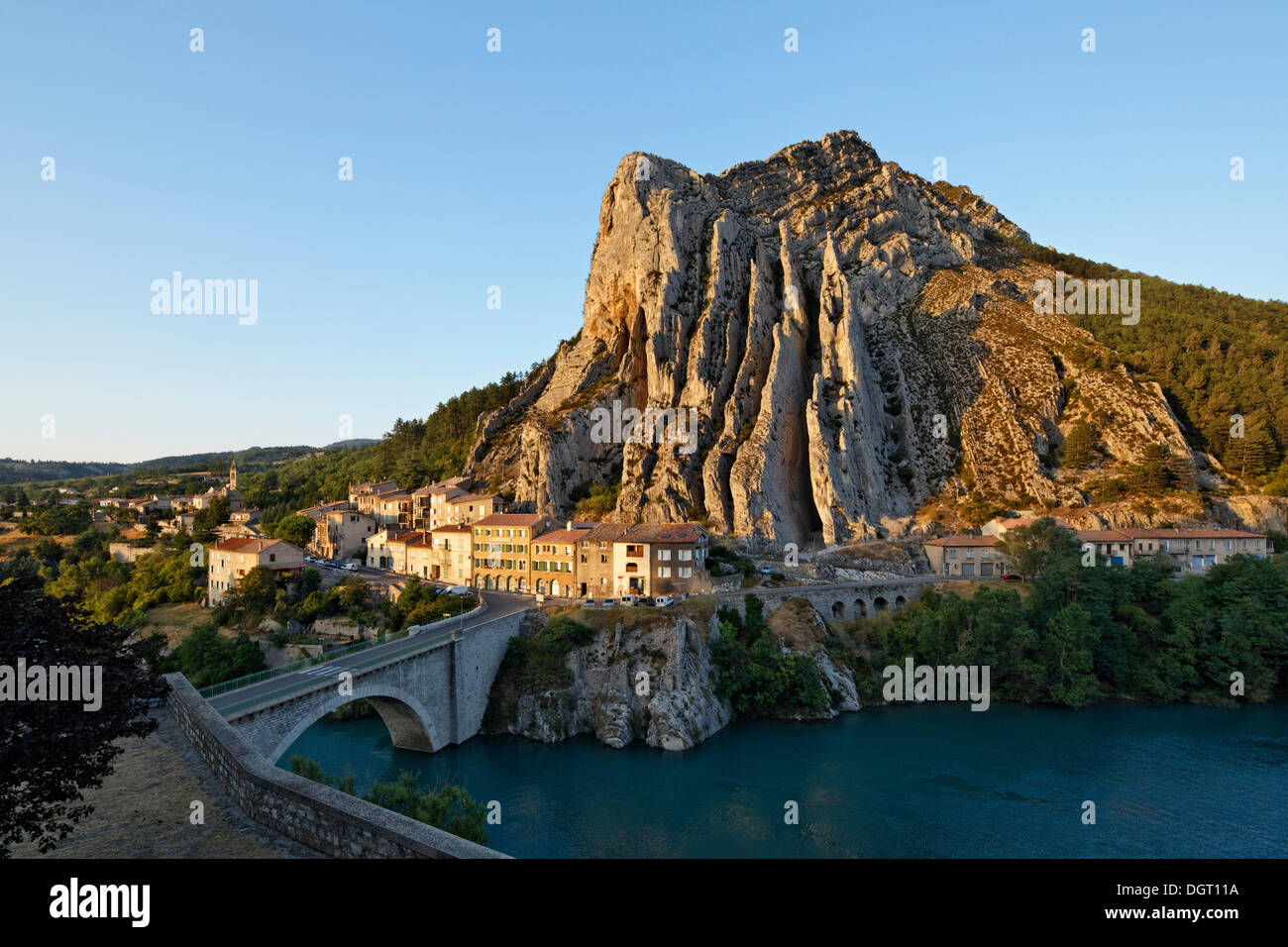 Sisteron on the Durance river, Rocher de la Baume opposite the old town, Provence region, Département Alpes-de-Haute-Provence - Stock Image