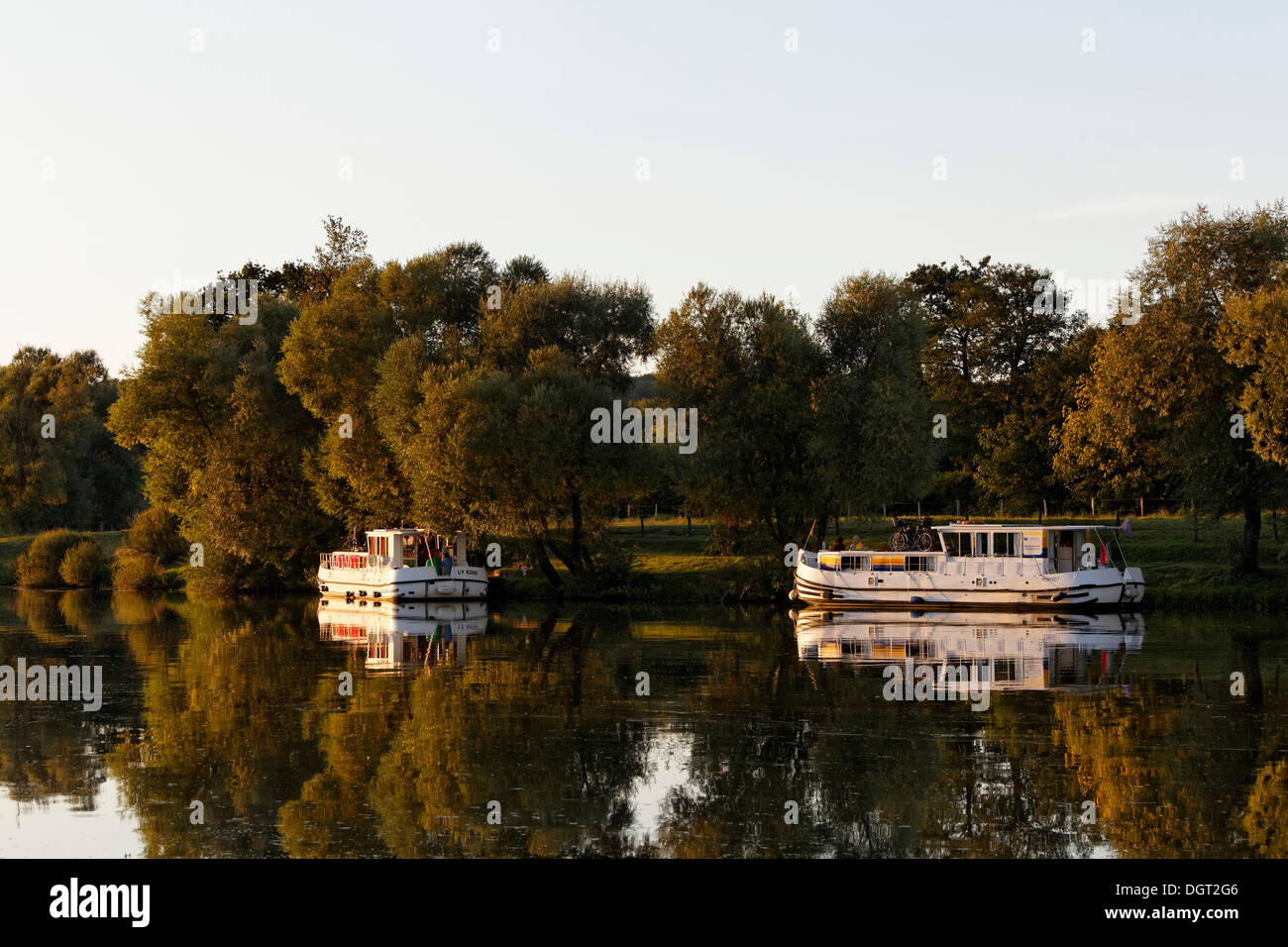 Evening, houseboats on the Saône, a quiet tributary, in the harbour of Marian Saône Valley, Traves, Vesoul - Stock Image