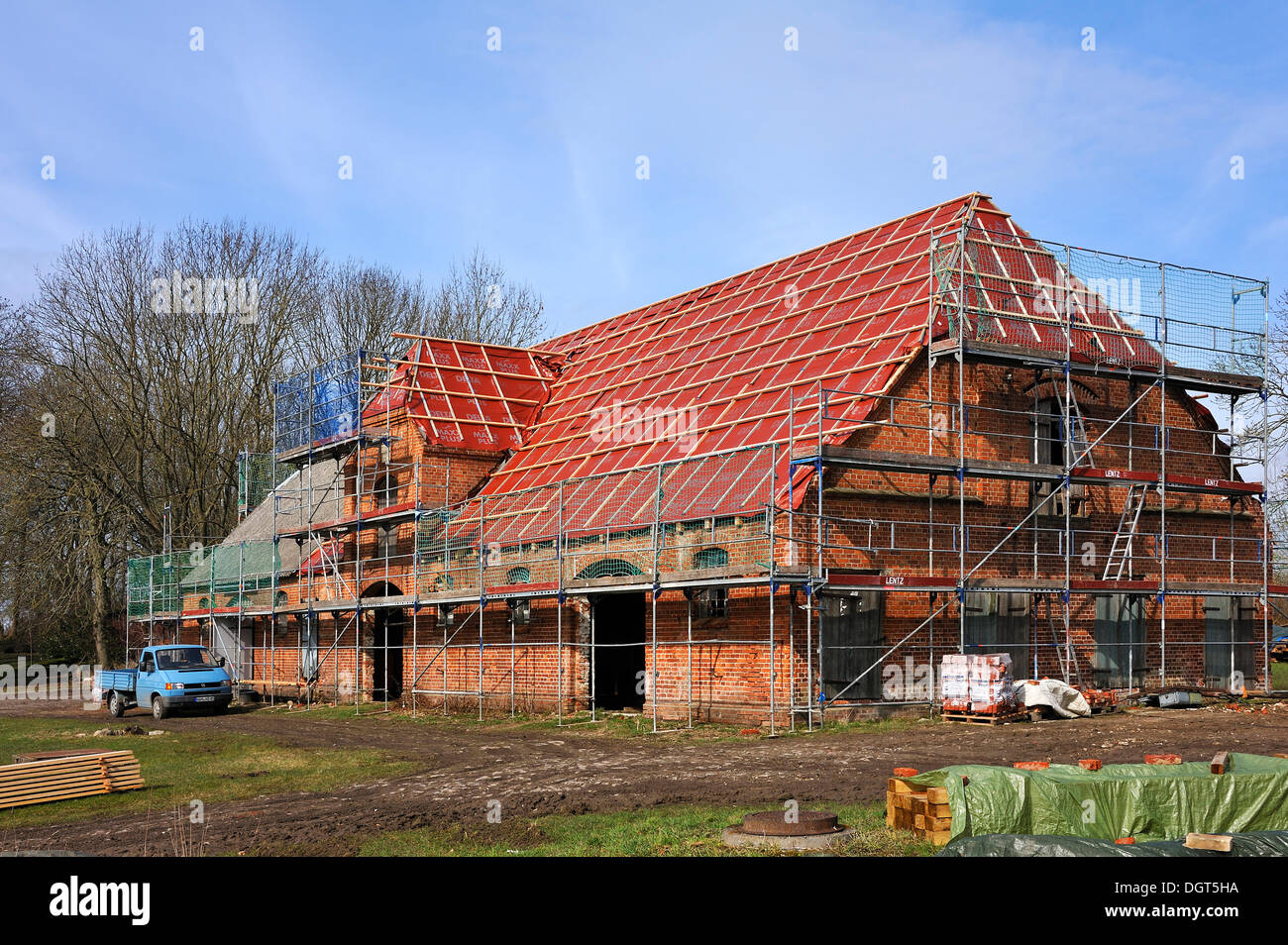 Complete roof renewal of a horse stable from 1918, Othenstorf, Mecklenburg-Western Pomerania, Germany - Stock Image