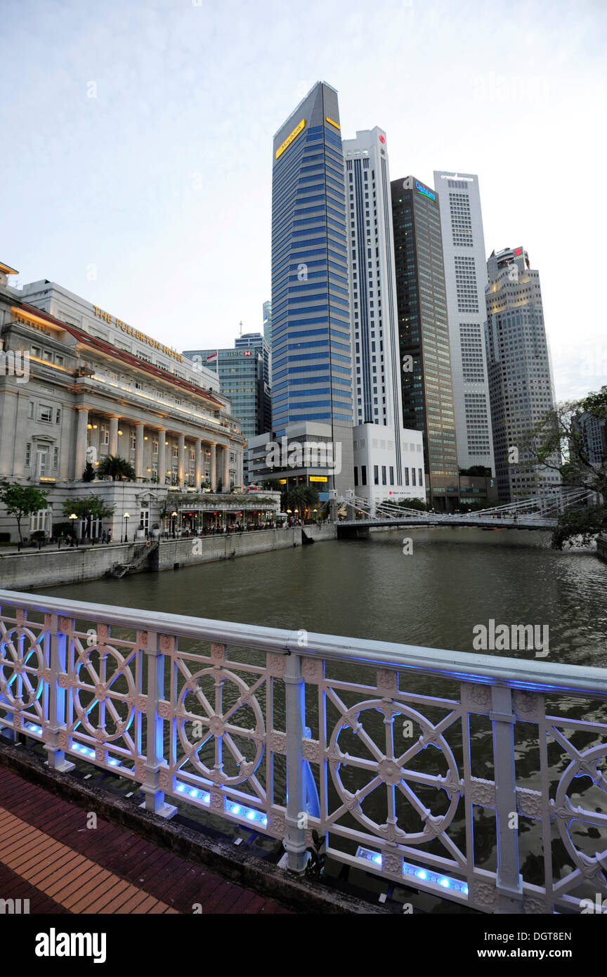 Anderson Bridge over the Singapore River, Fullerton Hotel and skyscrapers of the Financial District at back, Central Area - Stock Image