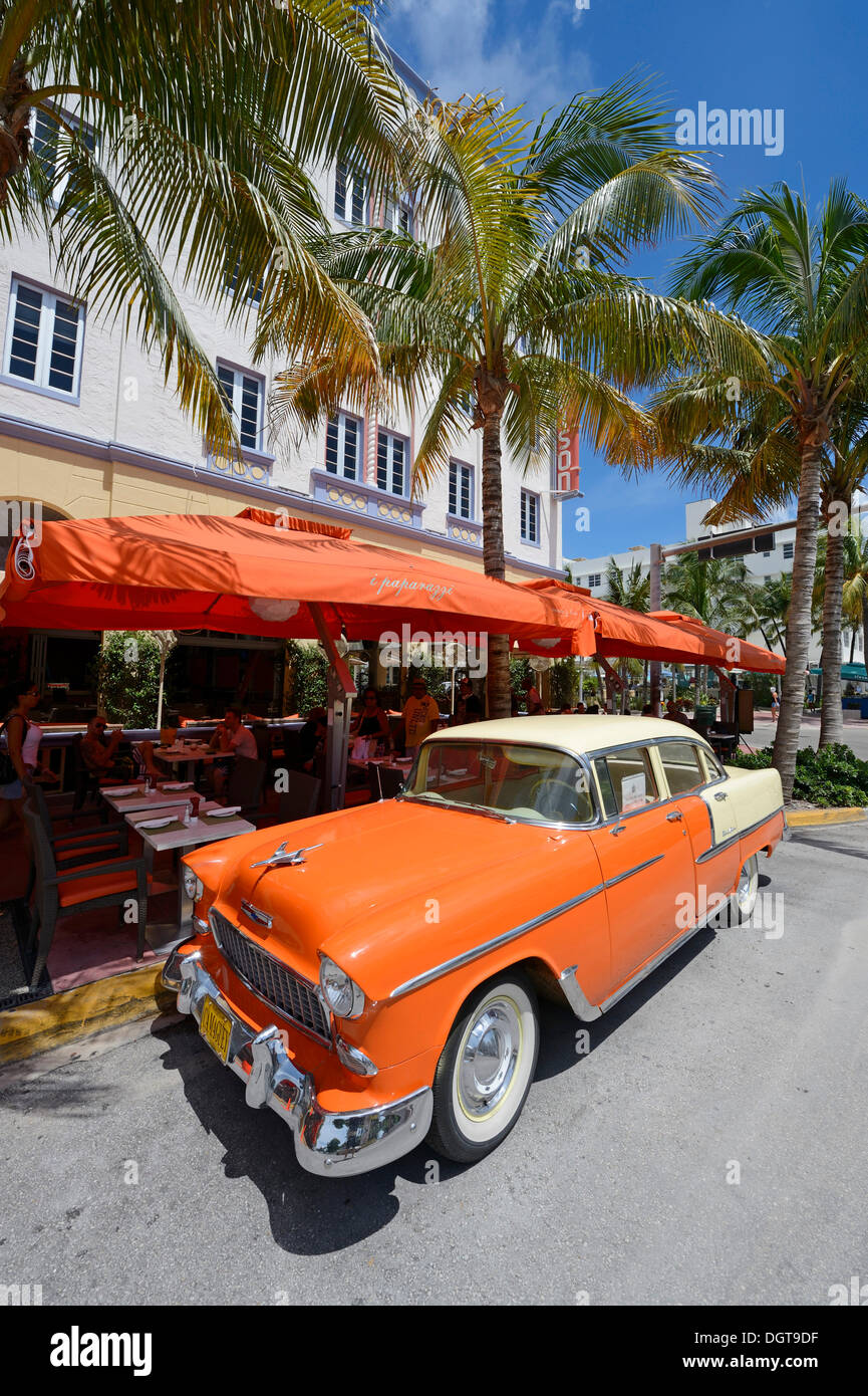 Cassic car parked on Ocean Drive, South Beach, Miami, Florida, USA - Stock Image