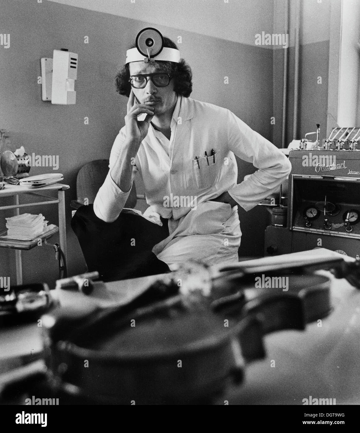 ENT physician with violin, East Germany, around 1974 - Stock Image