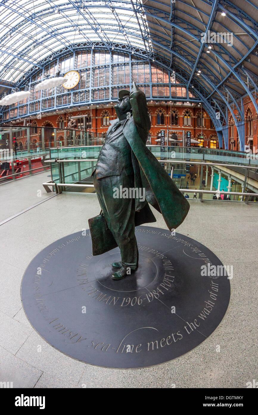 Sir John Betjeman, sculpture by Martin Jennings, St Pancras Station, London - Stock Image